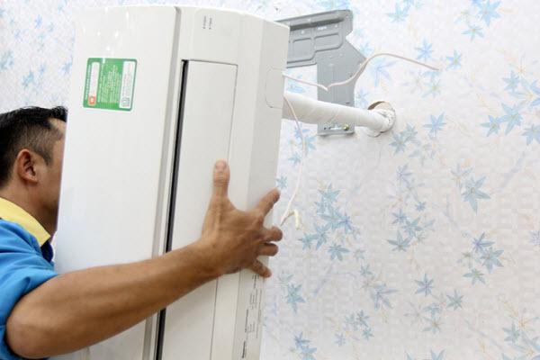 Bước 4: Lắp dàn lạnh lên giá đỡ