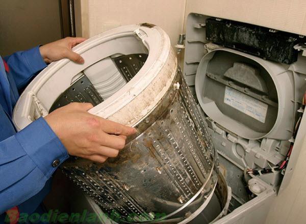 máy giặt có mùi hôi khó chịu